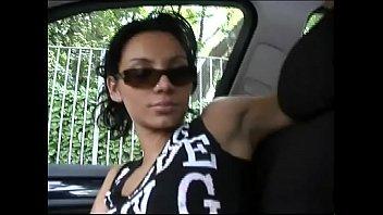 Русская блонда присела в авто, а иностранный таксист вжарил ее в половую щелочку