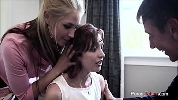 Девушка с легком юбченке засветила гладким передком и испытала пенис в очко