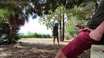 Секс во дворе темнокожего трахаля с миленькой молодухой