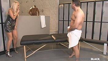 Джанет масон занимается порно с чернокожим жеребчиком на кровати