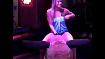 Зрелый массажист размазывает масло по длинным дойкам молодой китаянки перед порно
