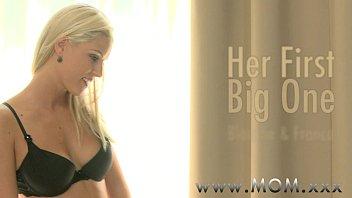 Привлекательная шлюха-блондинка с приличных размеров анусом села молодому человеку на лицо
