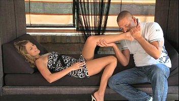 Белокурая траха мать в чулочках широко расставляет ноги перед мужиком