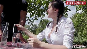 Лесбиянка ласкает длинноногую латинку хуезаменителем и ебёт её в волосатую манду дилдо