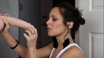 Сисястая девушка в примерочной меряет лифчики и светит грудями перед камерой