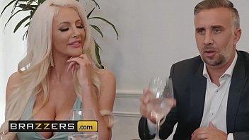 Блонда с крупный сиськой возбудила себя до женского оргазма