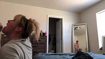 Молодая брюнетка под присмотром подруги порется с ее мужем