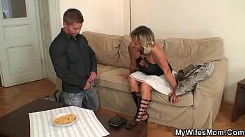 Опытная старушка в сексуальной униформе дрочит фаллос молодчика и собирает в вафлю в стопку