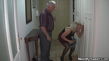 Лысый молодчик изменяет своей жене с молодой красоткой