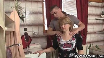 Зрелая с большими сиськами трахнулась с следуюущим мускулистым парнем своей дочки