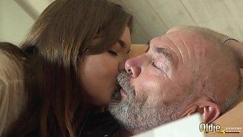 Сын дал в рот спящей зрелой мамке и она пожелала на знойный секс
