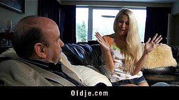 Очаровательная шлюха-блондинка в белых гольфах занимается порно с лысым ловеласом