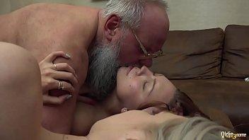 Грудастая зрелая осталась без халатика ради порно на столе