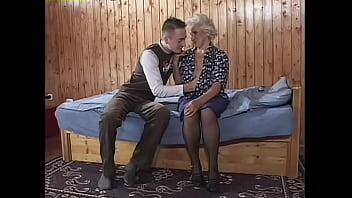 Две лесбияночки сладострастно ебутся со размеренным пареньком на кровати