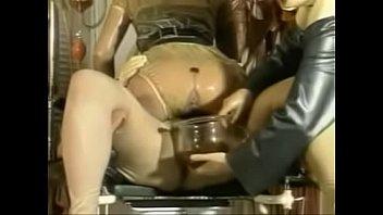Чернокожая блондинка сосет хуезаменитель и порется с ухажером