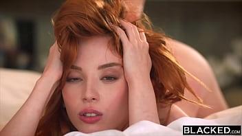 Толстая девушка с большой грудью сосет на порно отборе