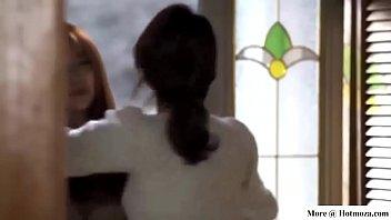 Кудрявая мама в лифчике мастурбирует киску стеклянным самотыком