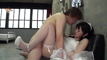 Белобрысая подружка в белой майке облизывает хуй возлюбленного перед камерой