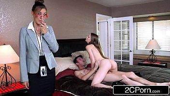 Худенький петух в сексуальных очках мастурбирует в ванной комнате и на диванчика и спускает для себя на живот